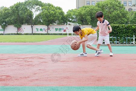 篮球场上一起打球的小学生图片