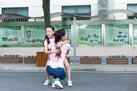 放学后的孩子跑向妈妈的怀抱图片