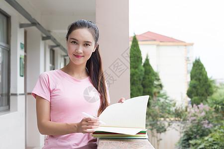 抱着书本准备去上课的女教师图片