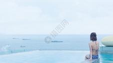泰国芭提雅天台泳池比基尼女孩背影图片