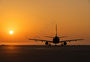 迎着阳光起航的飞机图片