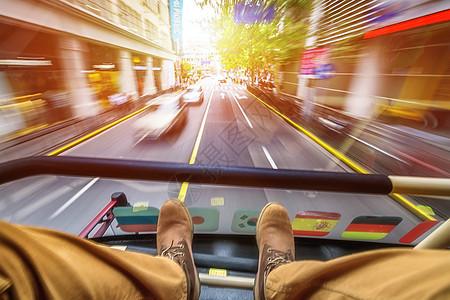 行驶中的双层巴士图片