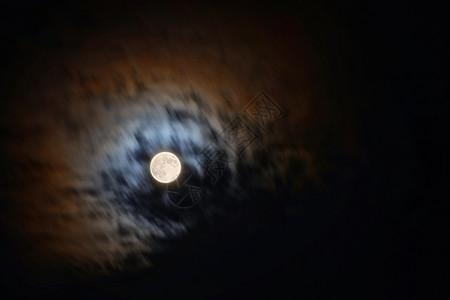 云中的月圆之夜图片