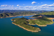 航拍山脉和湖泊图片