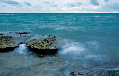 北海涠洲岛五彩滩海浪冲击滩石图片