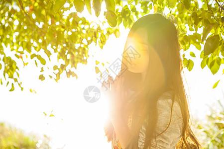 阳光下的美女图片