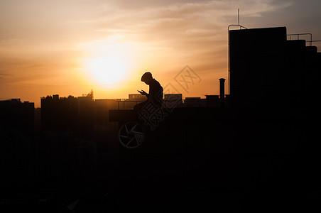 楼顶的年轻人图片