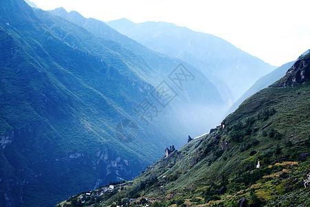 清晨山谷间的薄雾图片