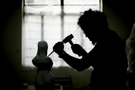 石匠匠人在雕刻石料图片