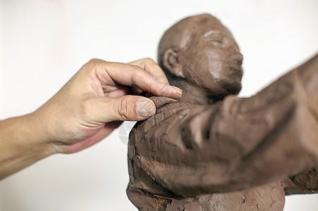 匠人正在制作雕塑图片