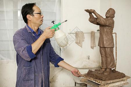 匠人在制作雕塑图片