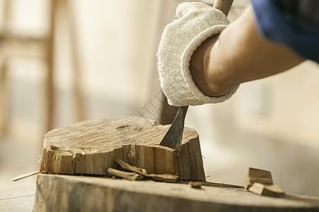 木匠在雕刻木材图片