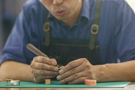 匠人师傅在手工镌刻印章图片
