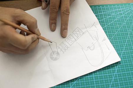 皮匠在画草稿图图片