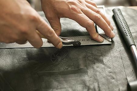 匠心之皮匠师傅在制作皮革成品图片