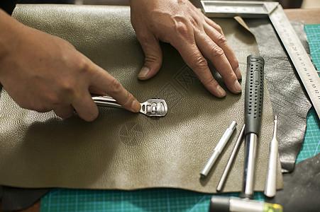 皮匠师傅在制作皮革成品图片