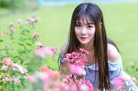 花丛中的长发小清新美女吊带模特图片