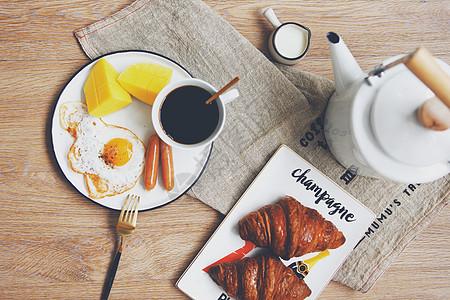 桌面上丰富的早餐图片
