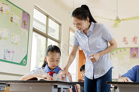 老师和学生在课堂上图片