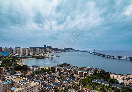 多云下的海边城市图片