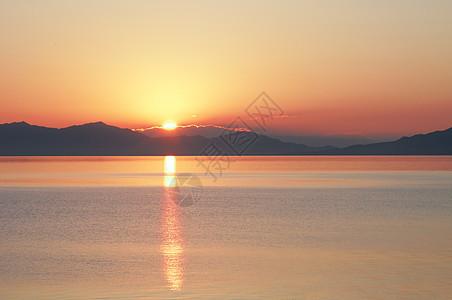新疆赛里木湖日出湖面倒影图片
