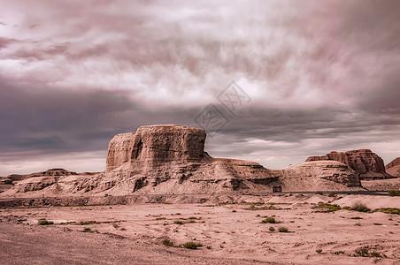 新疆克拉玛依魔鬼城雅丹乌云图片