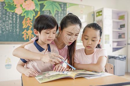 老师给同学讲解作业图片