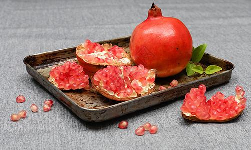 盘中成熟的石榴图片