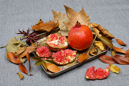 秋天生熟的石榴图片