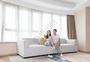 年轻夫妻客厅放松看电视图片