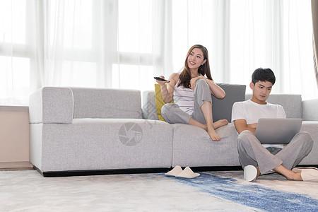 情侣在客厅沙发休闲放松图片