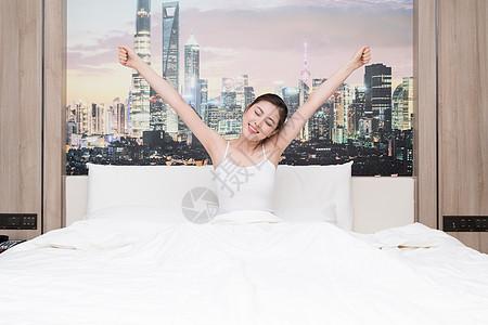 年轻女子起床伸懒腰舒展身体图片