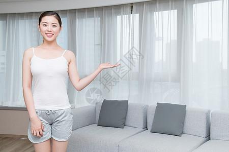 年轻女子在客厅做展示动作图片