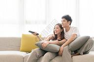 情侣在客厅沙发放松休闲看电视图片