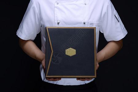 面点师手持月饼礼盒图片