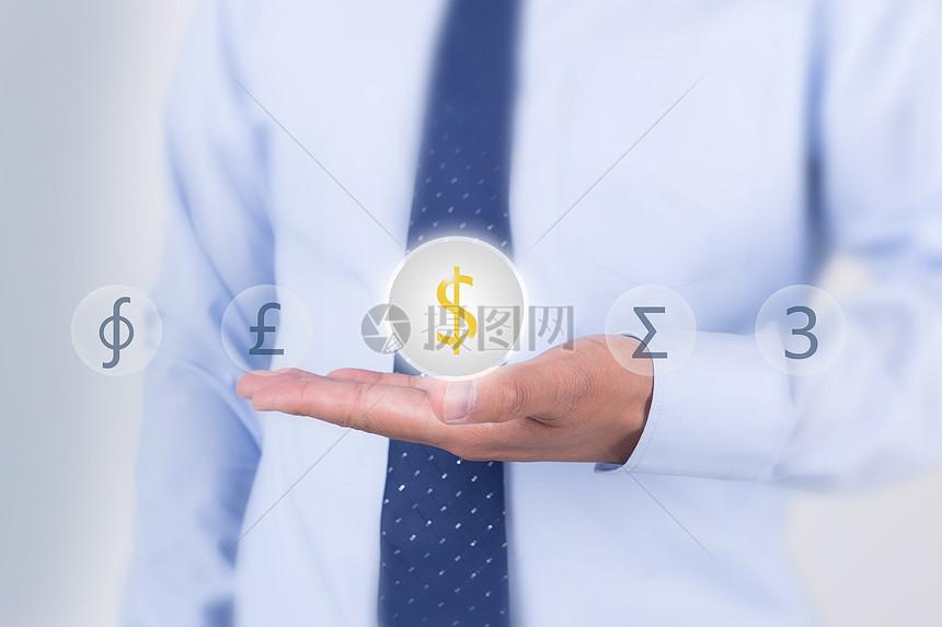 商务人士手捧金钱图片