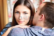 相拥的夫妻图片