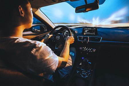 夜晚开车的人图片