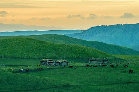 新疆特克斯草原木屋日落图片