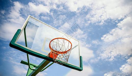 蓝天下的篮球框图片