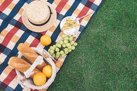 户外绿草地上野餐图片