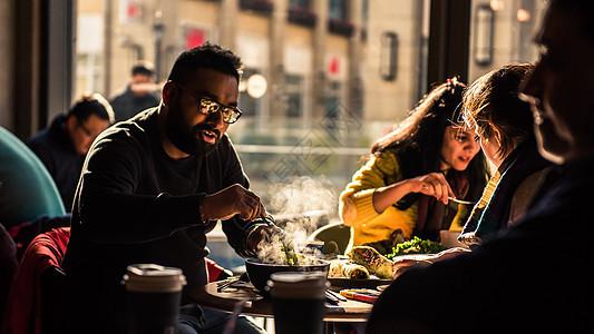 阳光中享用美食的人图片