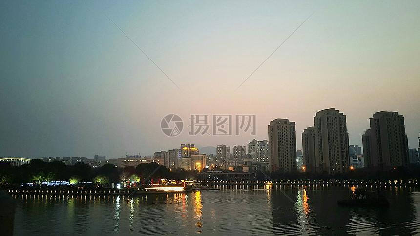 傍晚的城市图片