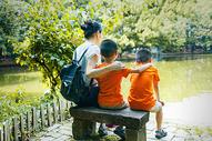 公园里面的一家人图片