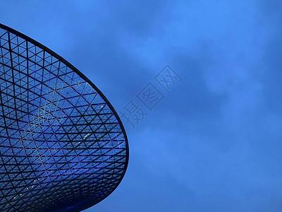 上海梅赛德斯奔驰文化中心广场建筑与天空图片