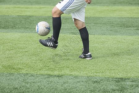 足球运动员在比赛图片