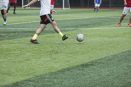 足球场上在举行足球比赛图片