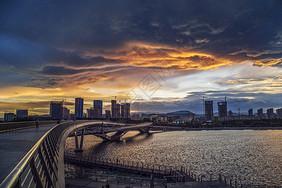 山西雨后城市中金色云彩下的桥图片