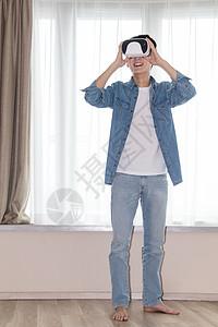 在客厅头戴vr眼镜体验虚拟现实的男士男人图片