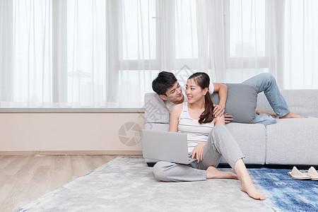 情侣夫妻居家放松在沙发上看电脑图片
